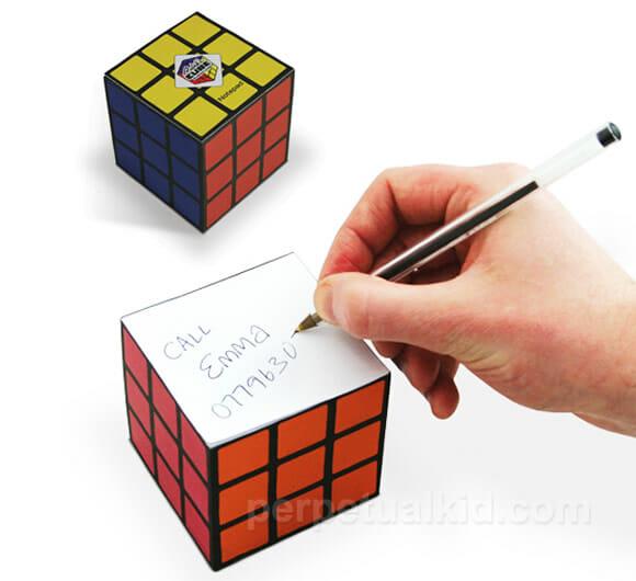 Bloco de anotações que imita um cubo mágico.