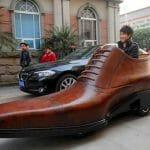 Sapato gigante é na verdade um veículo elétrico.