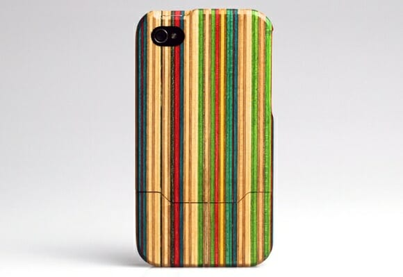 Cases para iPhone criados a partir de pranchas de skate recicladas.