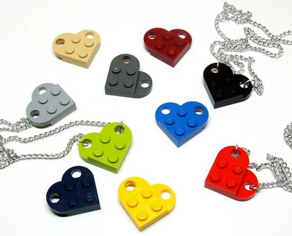 Colar com pingente de coração de LEGO para meninas geeks.