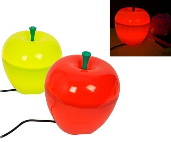 Luminária em forma de maçã ilumina e decora o ambiente.
