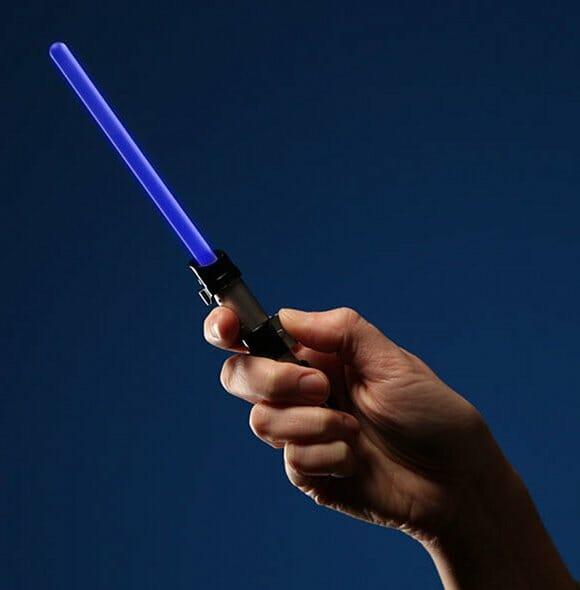 Sabre de luz eletrônico revela se você é um Jedi ou faz parte do lado negro da força.