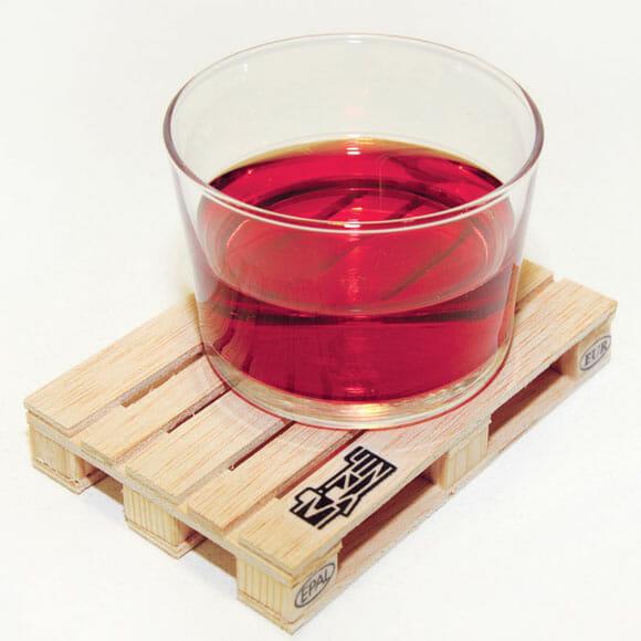 Porta copo em forma de palete de madeira.