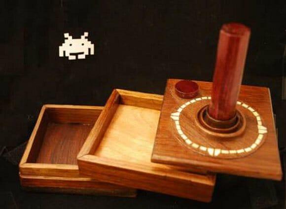 Porta-jóias em forma de controle de Atari