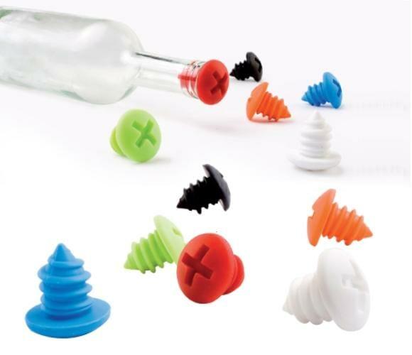 """Esqueça as rolhas! A onda agora é """"parafusar"""" a boca da garrafa!"""