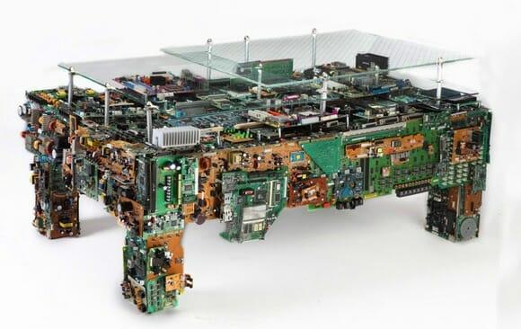 Não sabe o que fazer com seu lixo eletrônico? Transforme tudo em uma mesa de centro!