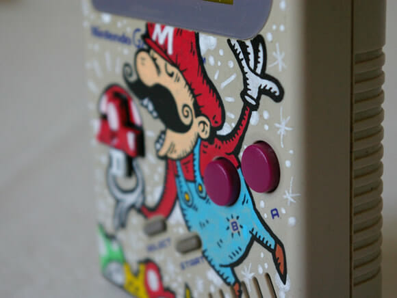 Game Boy customizado com desenhos do Super Mario.
