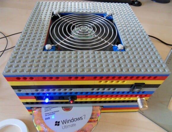 Um PC feito inteiramente com blocos de LEGO.