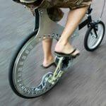 Estudante cria bicicleta sem corrente e com roda sem aro. (com vídeo)