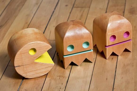 Personagens do Pac-Man feitos de madeira.