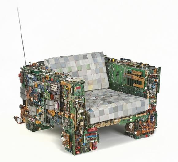 Poltrona geek feita com peças de PCs antigos.