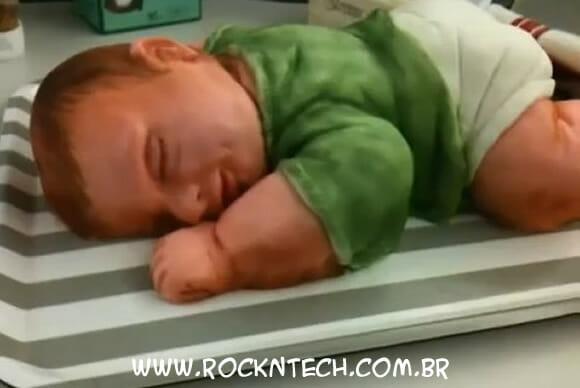 VIDEOFUN - Momento bizarro do dia: Cortando um bolo em forma de bebê.