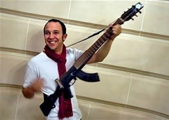 Escopetarra - Uma mistura de Rifle AK-47 com Violão elétrico. (com vídeo)
