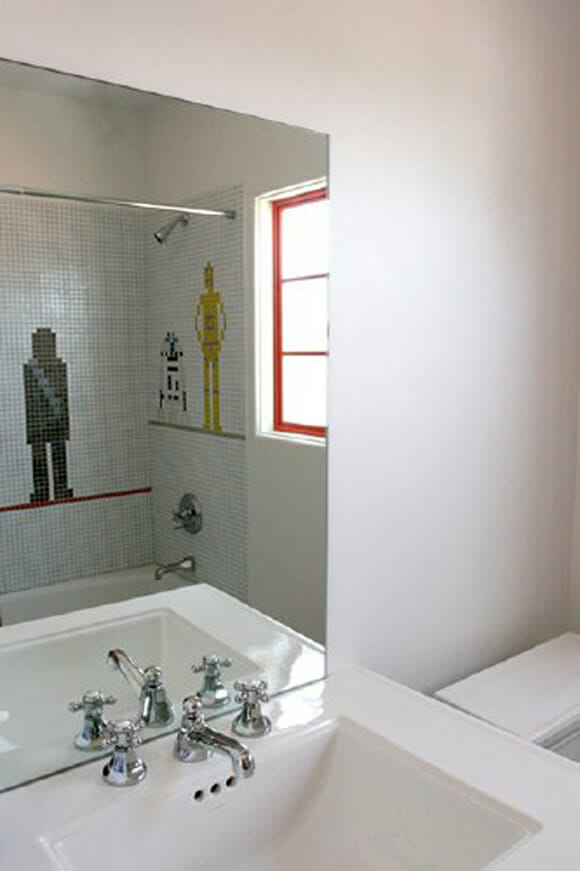 Banheiro geek tem mosaico do Star Wars na parede.