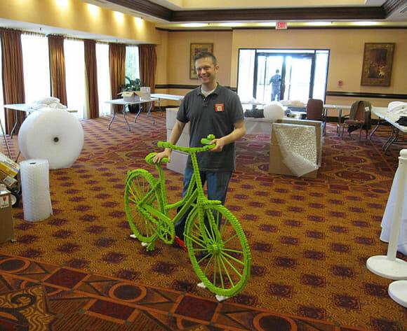 Uma bicicleta feita inteiramente com blocos de LEGO.