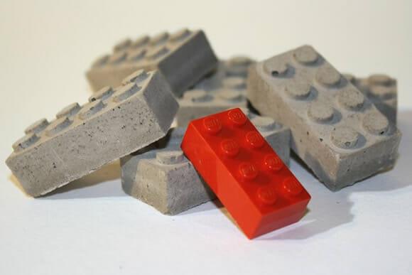Blocos de LEGO feitos de concreto.
