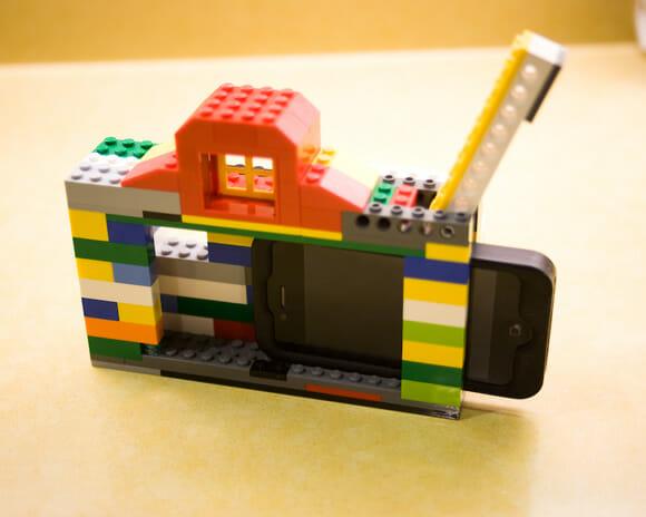 Um iPhone 4 junto com alguns blocos de LEGO se transforma em uma Câmera de LEGO!