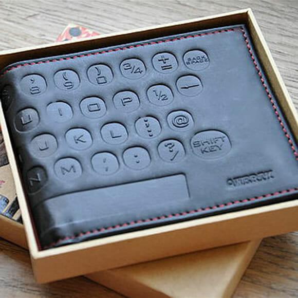 Carteira de couro imita um teclado QWERTY.