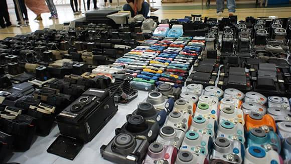 Um homem e suas mais de 1000 câmeras fotográficas.