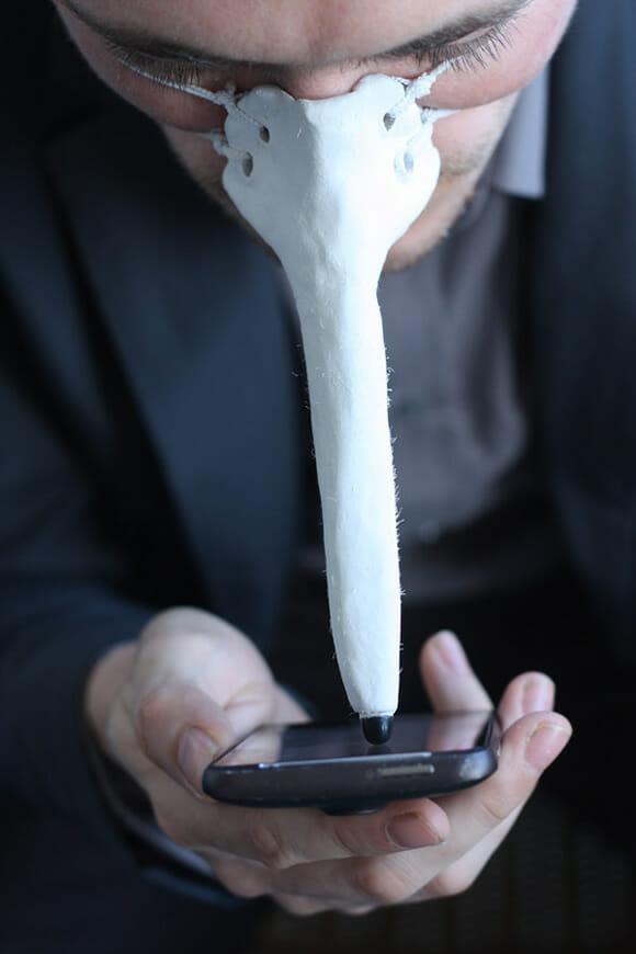 Mãos ocupadas para usar seu smartphone? Com o Finger Nose você faz isso com seu nariz!