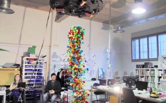 Centenas de bolas coloridas + um Eletroímã gigante = Um vídeo criativo! (com vídeo)