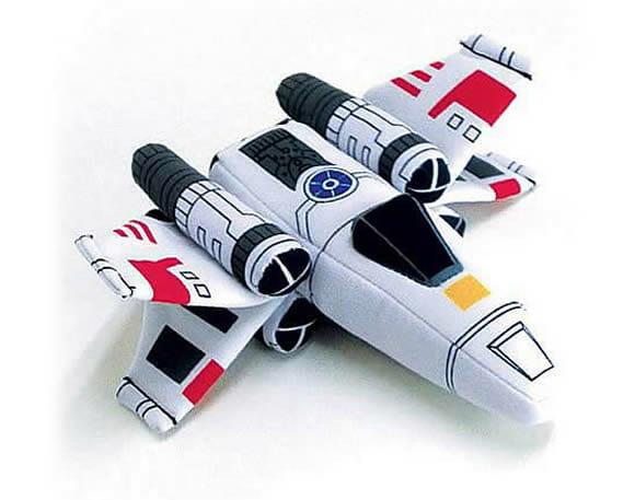 Naves, bonecos e um veículo de Star Wars de pelúcia.
