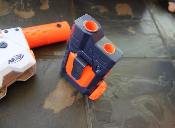 Enfim criaram uma pistola d'água com pente para recarga.