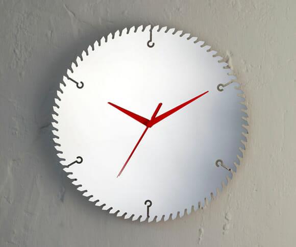 Relógio de parede feito com disco de serra.