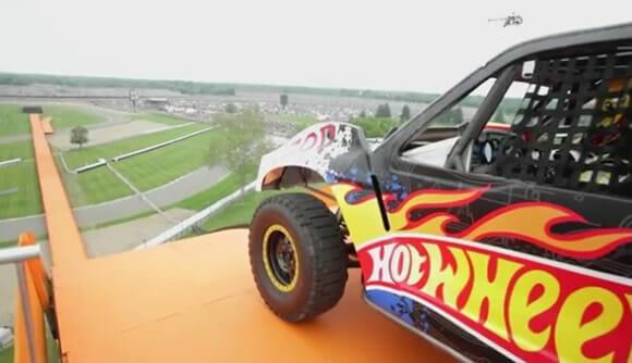Recorde de salto em distância é quebrado por um veículo Hot Wheels de verdade. (com vídeo)
