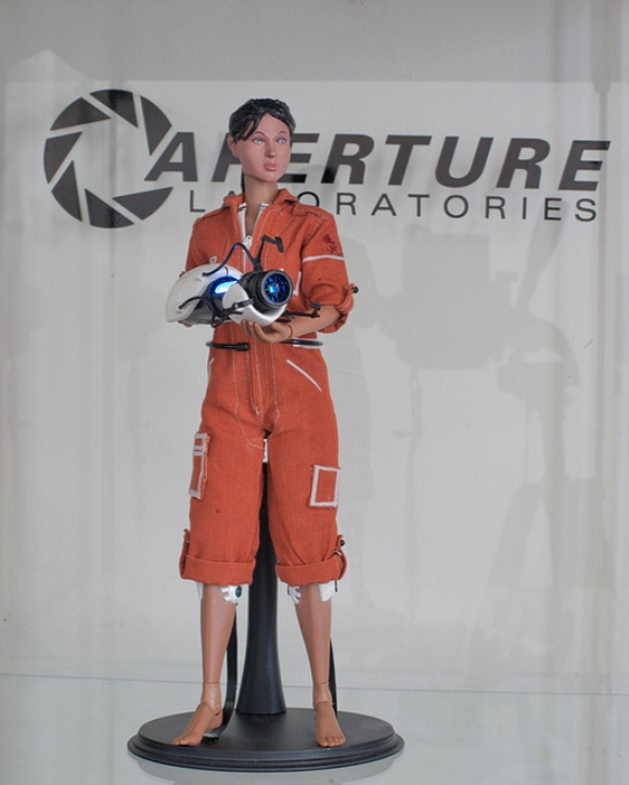 Action figure da Chell, a garota do game Portal.