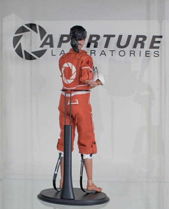 Action figure da Chell, a garota do game Portal.