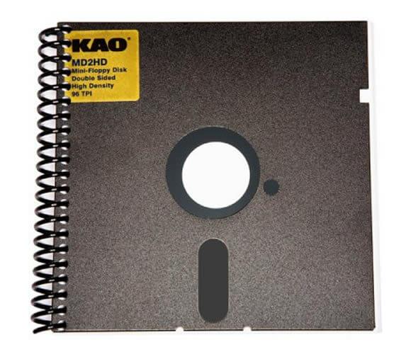 Bloco de notas feito com disquete reciclado.
