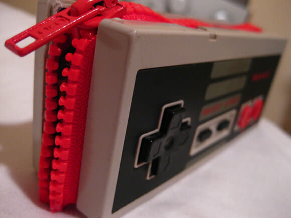 Uma carteira feita com um controle do Nintendinho 8-bits.