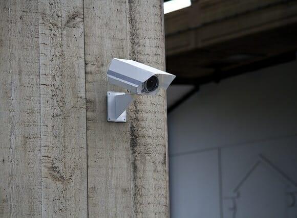 Sem dinheiro para proteger sua empresa com uma câmera? Faça uma de papel!