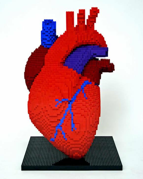 Réplica do coração humano feito com blocos de LEGO.