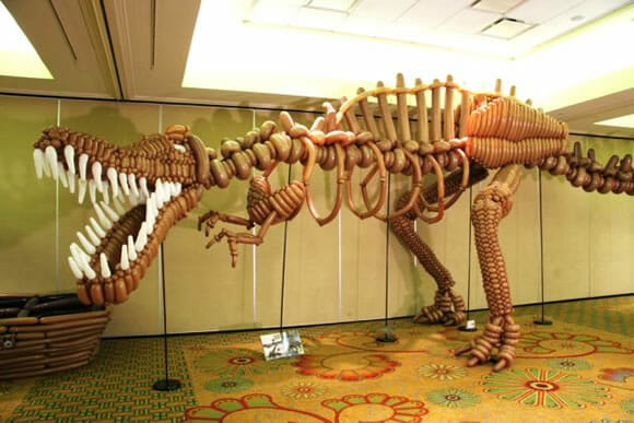 O incrível Tiranossauro Rex feito de bexigas.
