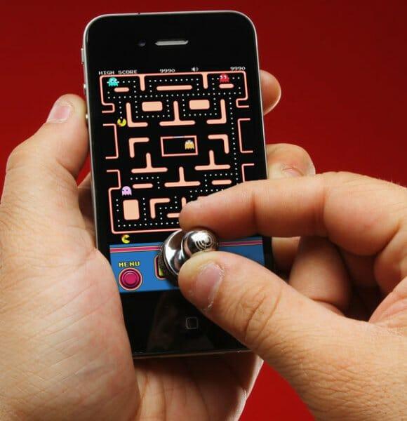 Joystick especial transforma seu iPhone ou iPod Touch em um mini Fliperama.