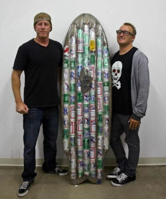 Uma prancha de surf ecológica feita com 72 latas de cerveja recicladas. (com vídeo)