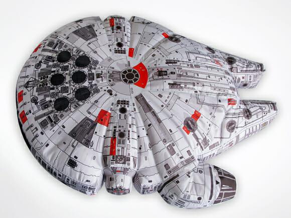 """Puff com o formato da Millennium Falcon de Star Wars é """"geek no úrtimo""""."""