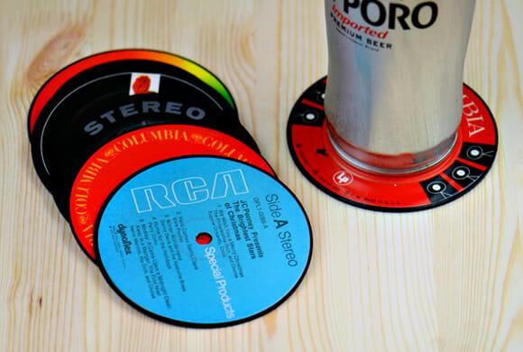 Porta-copos em forma de mini discos de vinil