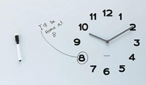 Um relógio de parede que ajuda os esquecidos a lembrarem de seus compromissos.
