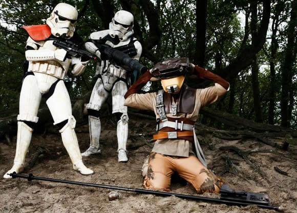 Personagens de Star Wars em cenários reais.