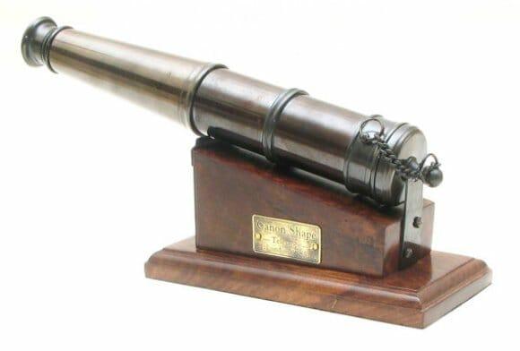 Um telescópio pirata steampunk em forma de canhão.