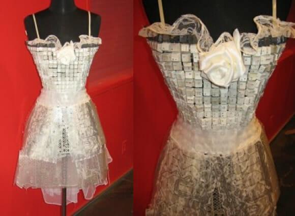 Um vestido geek de noiva feito com teclas de computador e placas de circuito eletrônico.