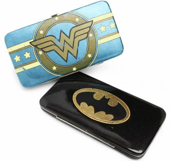 Carteiras do Batman e Mulher Maravilha para guardar o seu rico dinheirinho.