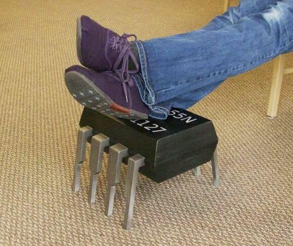 Descanso para os pés em forma de um CI temporizador 555.