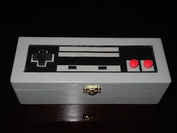 Estojo de madeira geek em forma do controle do Nintendinho 8-bits.