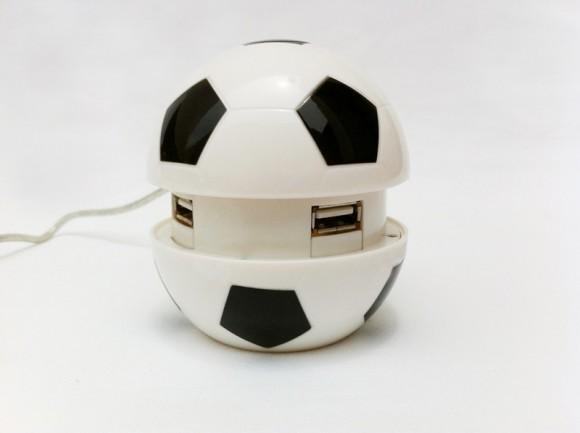Hub USB em forma de bola de futebol.