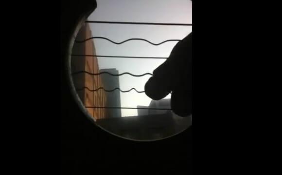 Violão + iPhone 4 + ângulo inusitado = Uma espetacular dança de cordas! (com vídeo)