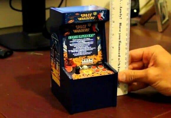 O menor fliperama funcional do mundo roda o game Space Invaders! (com vídeo)